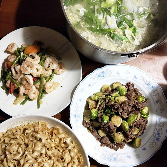 20181203 ✓時蔬蝦仁 ✓球芽甘藍炒牛肉 ✓曾拌麵 ✓白菜蛋花湯 #葛蘿的餐桌