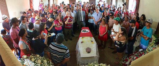 """Familiares, amigos y activistas reunidos en el funeral de José Bernardo da Silva """"Orlando"""" - Créditos: Christian Woa Two"""