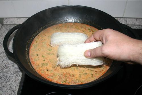 33 - Glasnudeln in Wok geben / Put glas noodles in wok