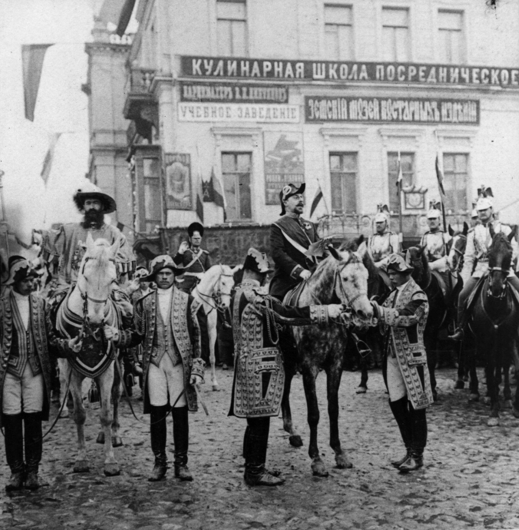 Герольды  на лошадях провозглашаяют предстоящую коронацию императора Николая II