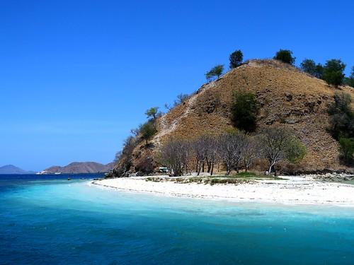 water kelor island komodonationalpark sea blue hill hikingpath