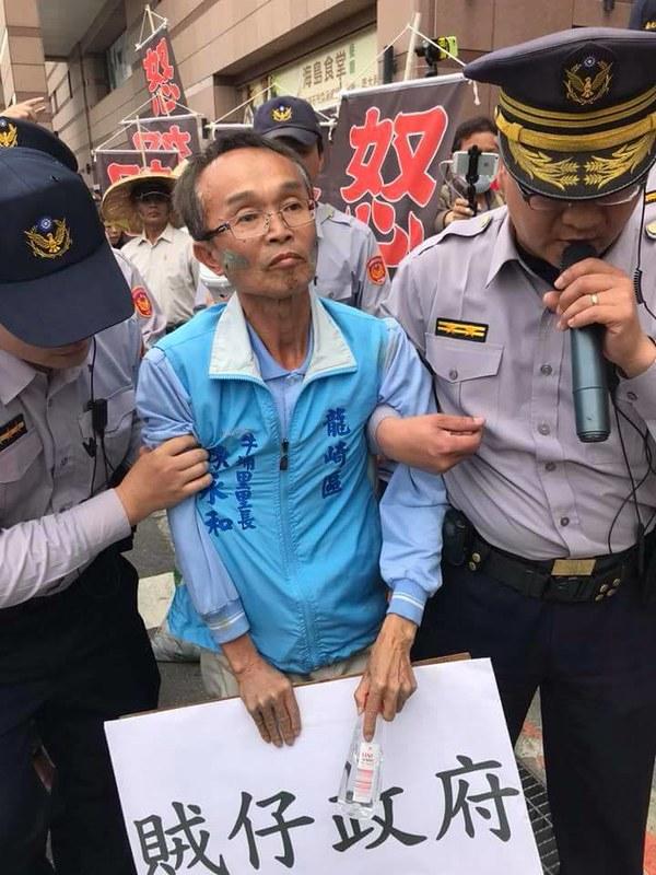 今年的3/14在民進黨黨部前抗爭遭逮捕,促使長年支持綠營的陳永和決心參選。_陳永和授權使用