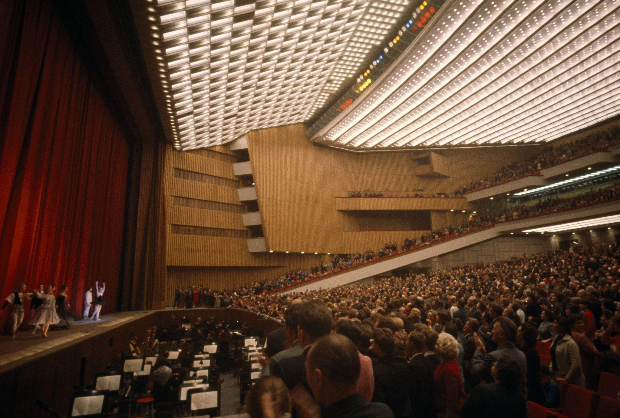 1964. Артисты балета кланяются на сцене, а зрители аплодируют стоя