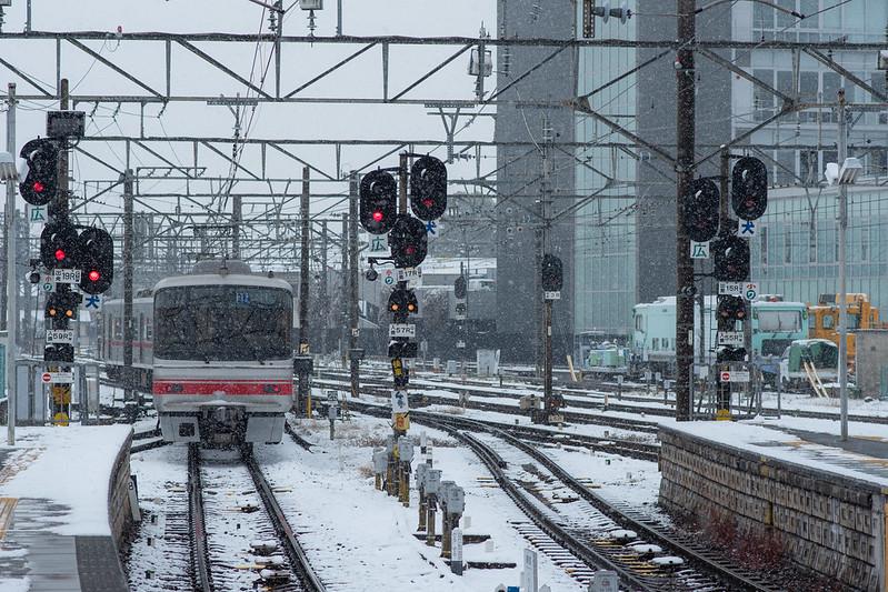 雪が降る犬山駅と名鉄線の写真