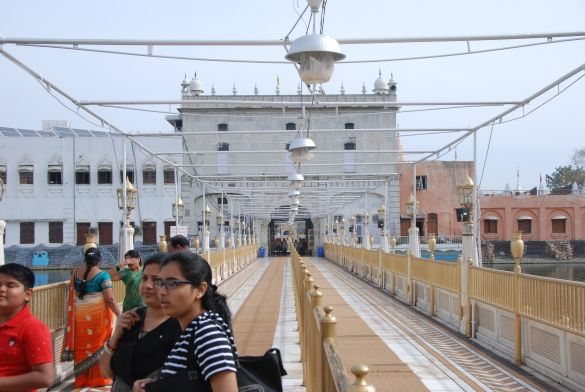 DSC_9964IndiaAmritsarShreeDurgianaTempleVanHetPoortgebouwNaarDeTempel