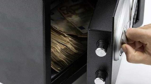 4824 A man buys an old safe for SR 1900, finds SR 28 million inside