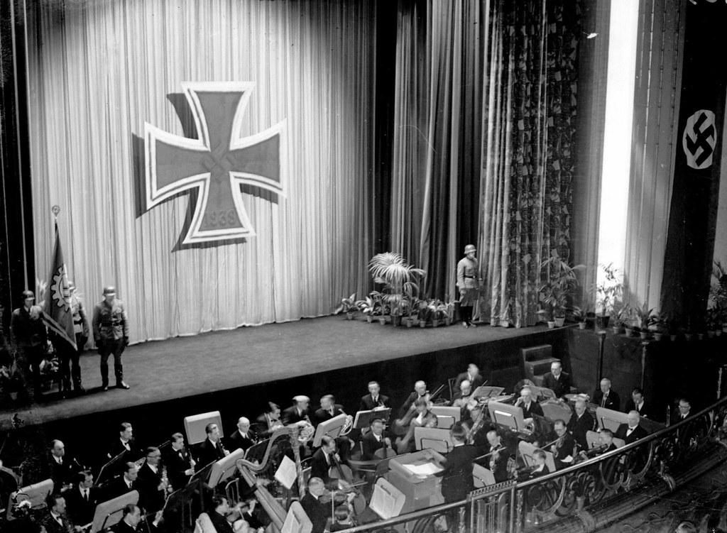 1943. «Солдатское Кино», кинотеатр для немецкой армии. Париж, март