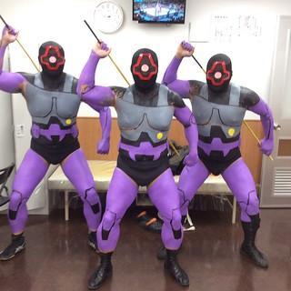 噴射氣流攻擊!日本職摔盛事『跨年摔角2018』居然出現《機動戰士鋼彈》 黑色三連星(德姆)啦!