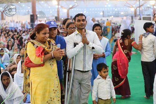 Devotees showering their love towards Satguru