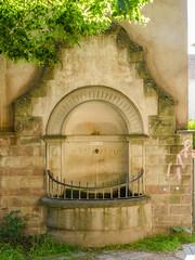 Fontaine orpheline de l'ancienne gare du Neudorf