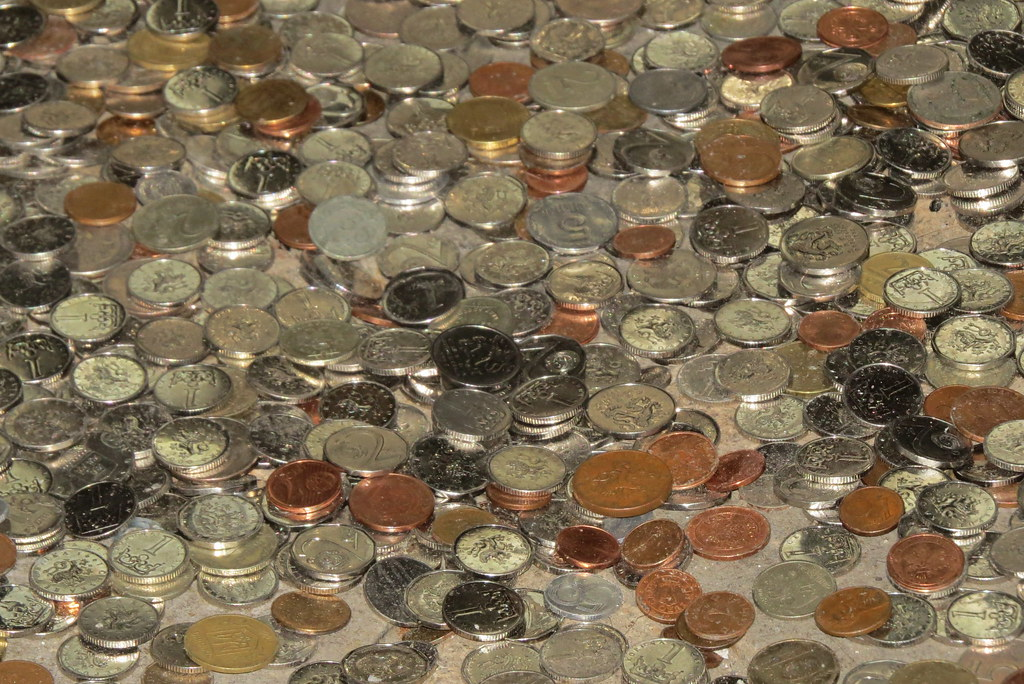 Куча монет возле алтаря
