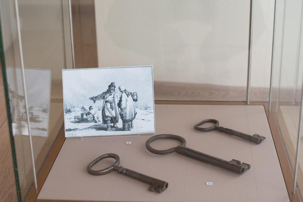 Фотографии с выставки «Этапы короткого пути» в здании музейно-просветительского центра музея «Тарханы»