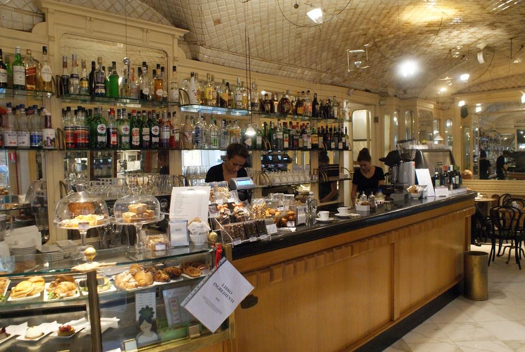 Café degli Specchi à Gènes, café luisant tapissé de faiences.