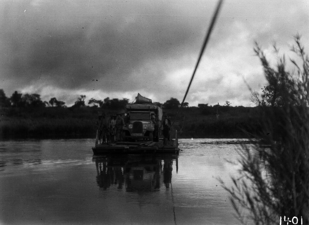 1401. Музец.  Грузовик экспедиции и несколько человек переправляются через реку паромом