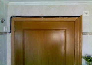 Macarrón eléctrico en el tapajuntas de la puerta.