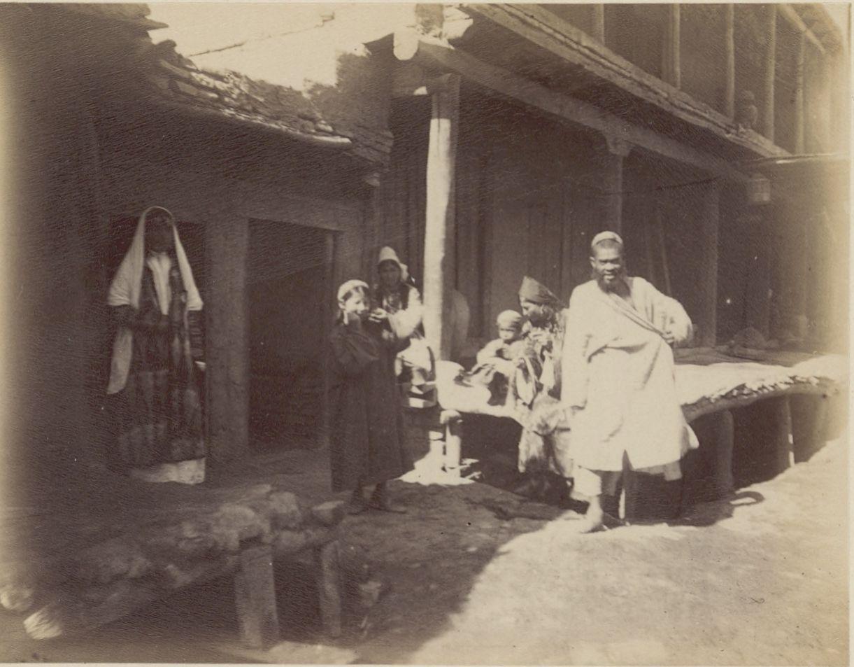 08. Самарканд. Группа женщин с мужчиной