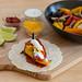 Die Hellofresh Vegetarische Fajita mit Paprika & Pilzen, selbst gemachter, scharfer Soße und Limettenschmand auf einem Holzbrett mit den Zutaten by verchmarco