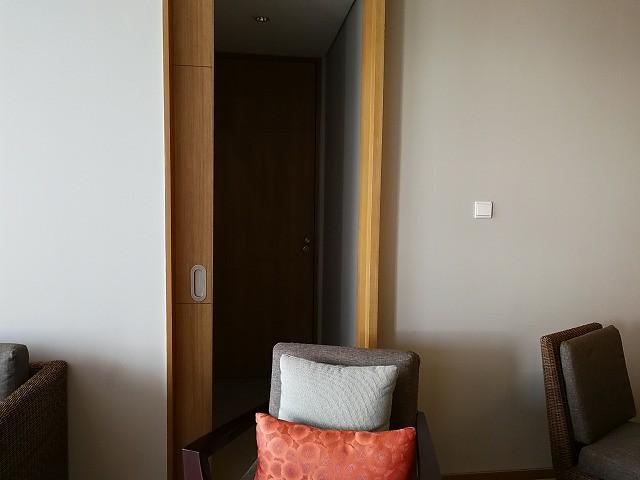 <p>ロックオフして使えるタイプのお部屋でした。奥に隣の部屋とのカギがかかるドアがあります。</p>