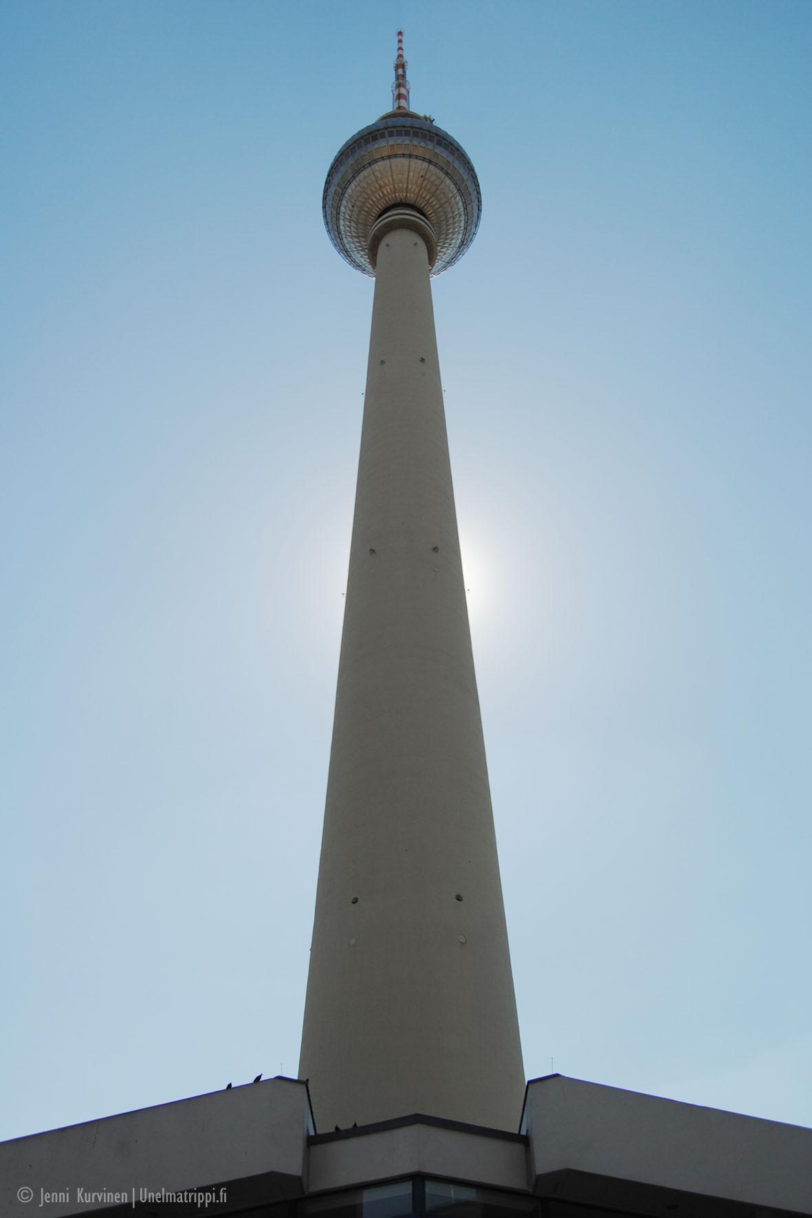 Berliinin televisiotorni kuvattuna tornin juurelta