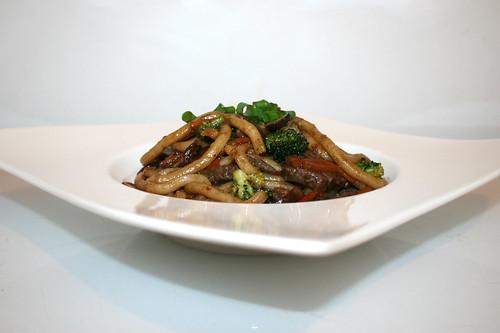 41 - Beef udon stir fry - Side view / Rindfleisch Udon-Nudelpfanne - Seitenansicht