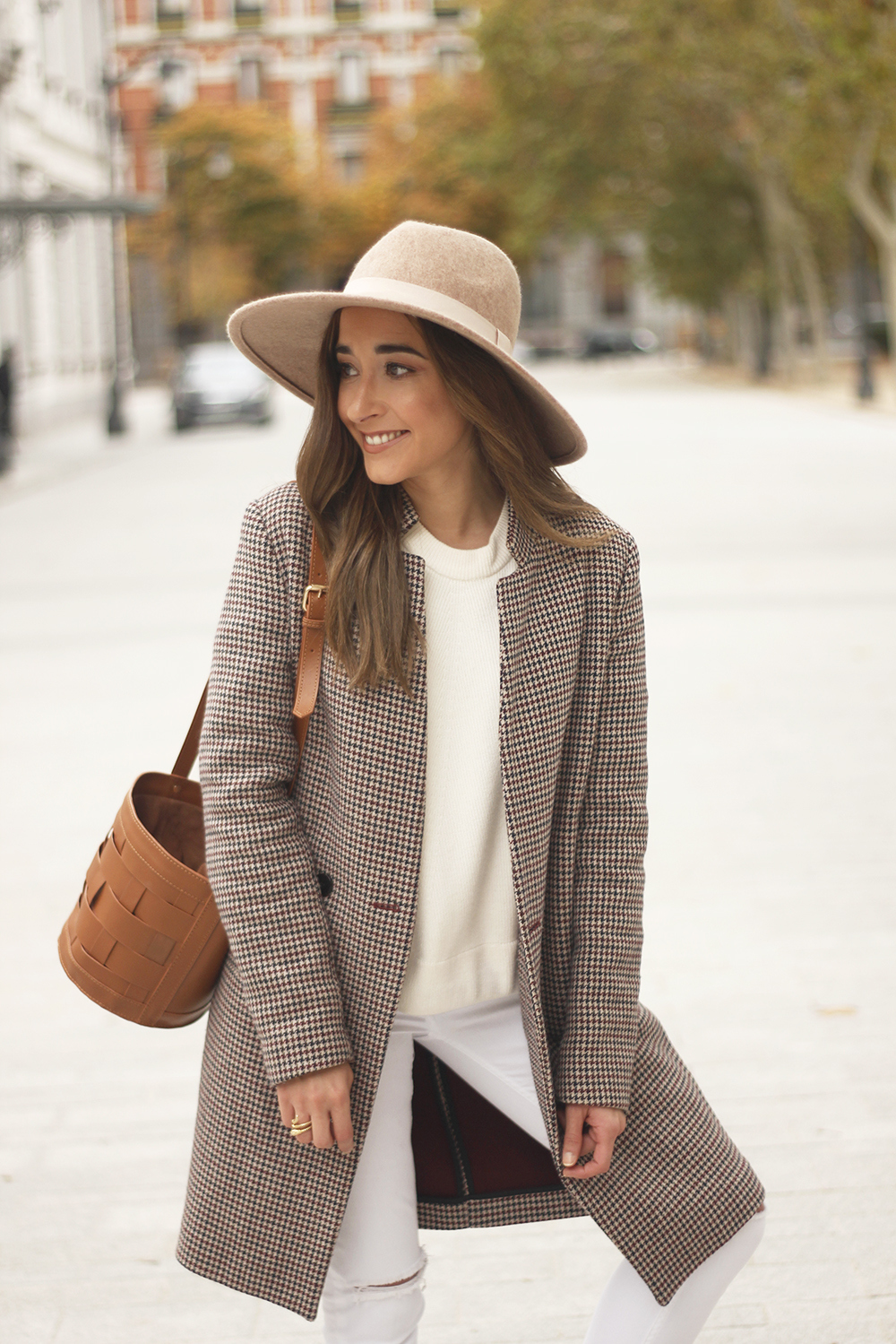 houndstooth coat beige coat white jeans converse street style fall outfit 20186628