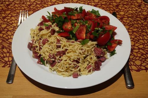 Spaghetti mit Mettwurst und Eiern zu Tomaten-Petersilien-Salat
