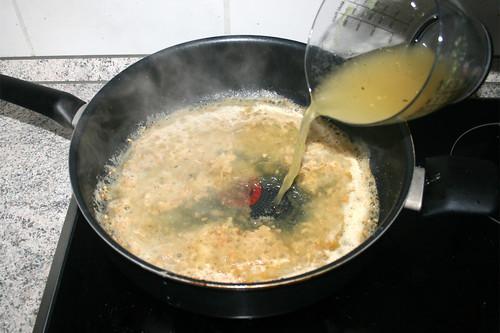 42 - Mit Hühnerbrühe ablöschen / Deglaze with chicken broth