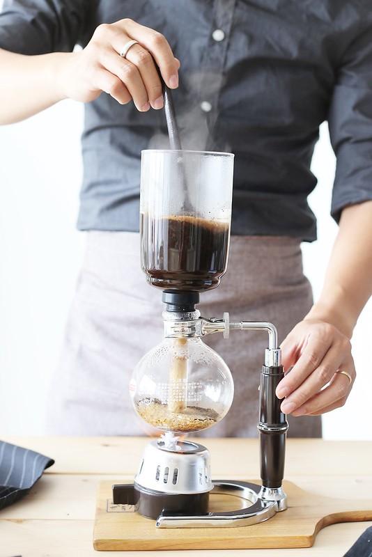Khuấy đều cho cà phê ngâm trọn vẹn trong nước nóng.