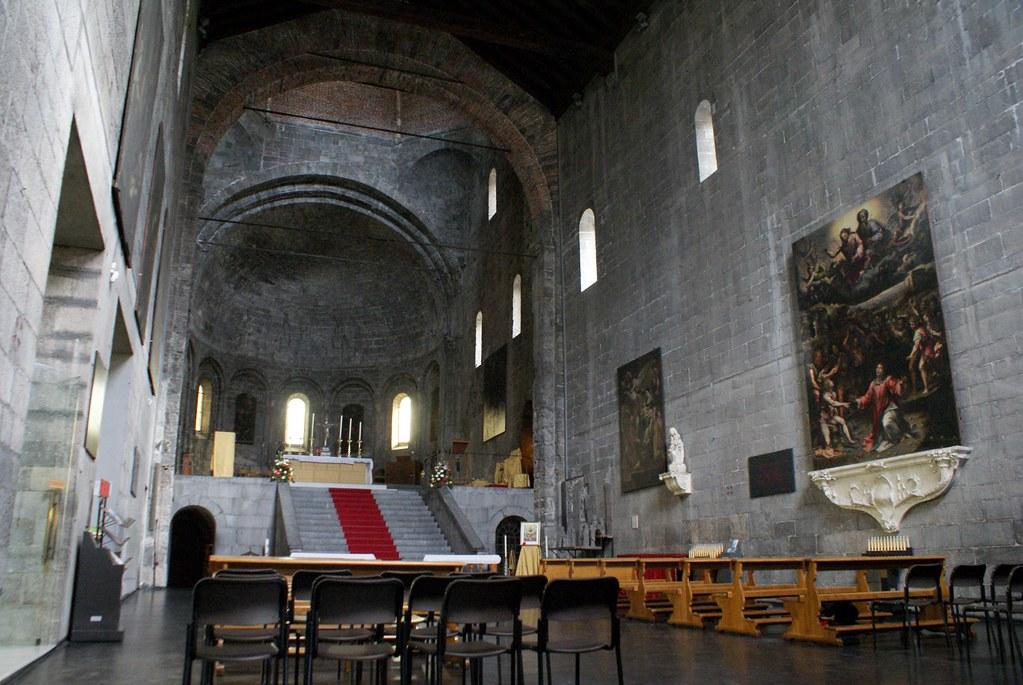 Nave de l'église romanesque Santo Stefano à Gènes.
