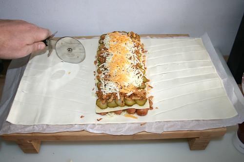 17 - Blätterteig mit Pizzaschneider einschneiden / Cut dough with pizza slider