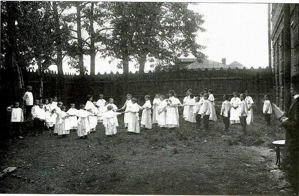 Дети играют в саду приюта св. Николая