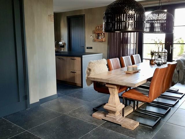 Kloostertafel met bruine leren stoelen kookeiland