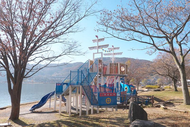 長野県岡谷市 岡谷湖畔公園のいこいとやすらぎゾーンにある滑り台