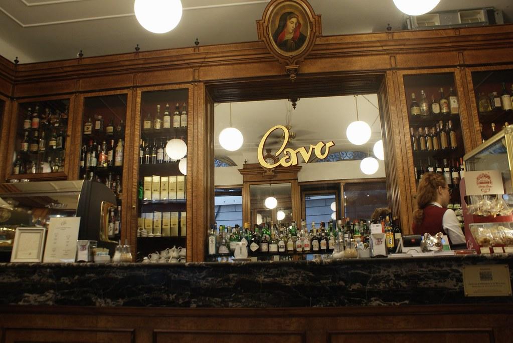 Comptoir de l'agréable café patisserie Cavo à Gènes.