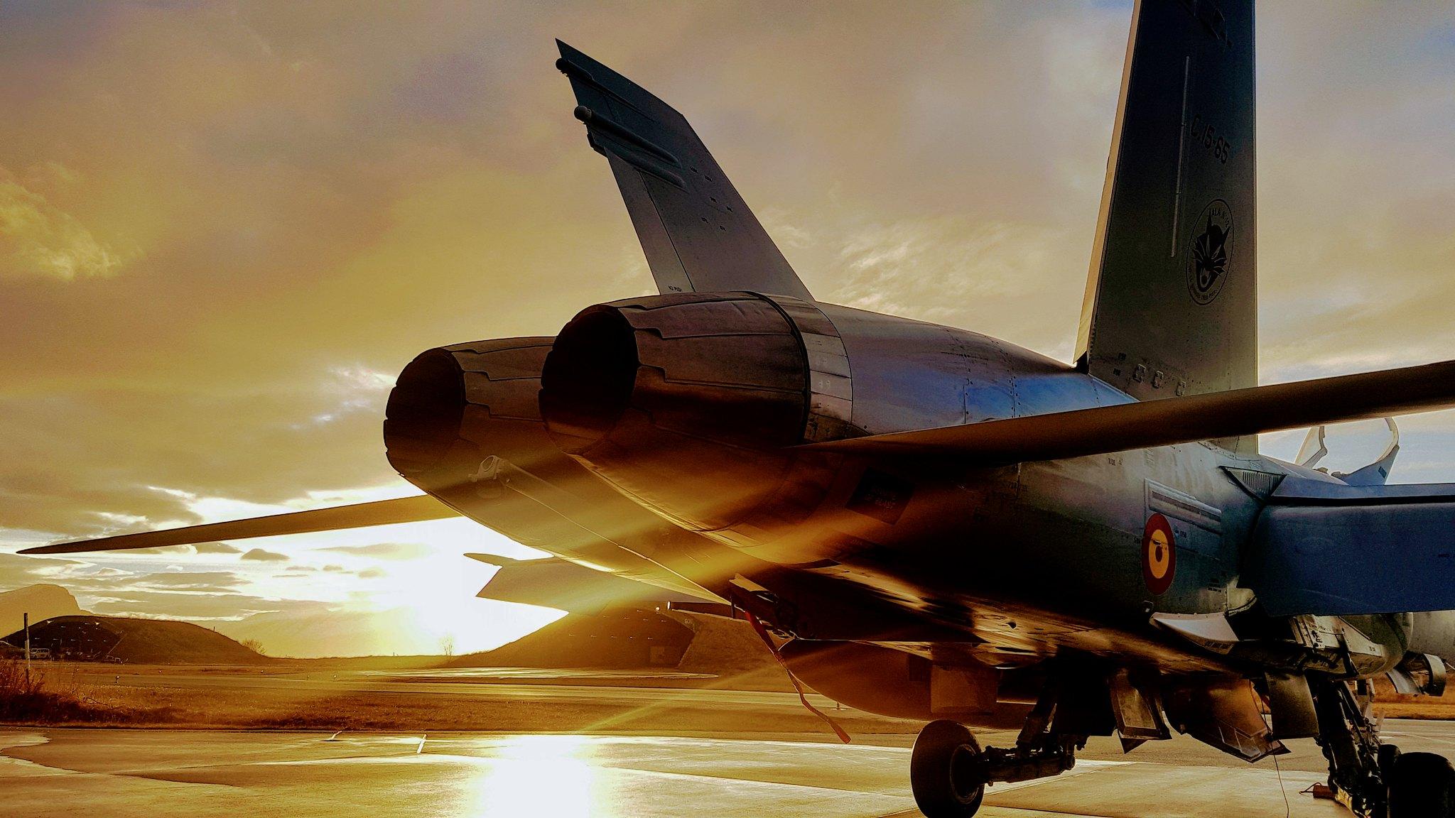 Un F-18 contempla la puesta de sol en la base aérea noruega de Bodo