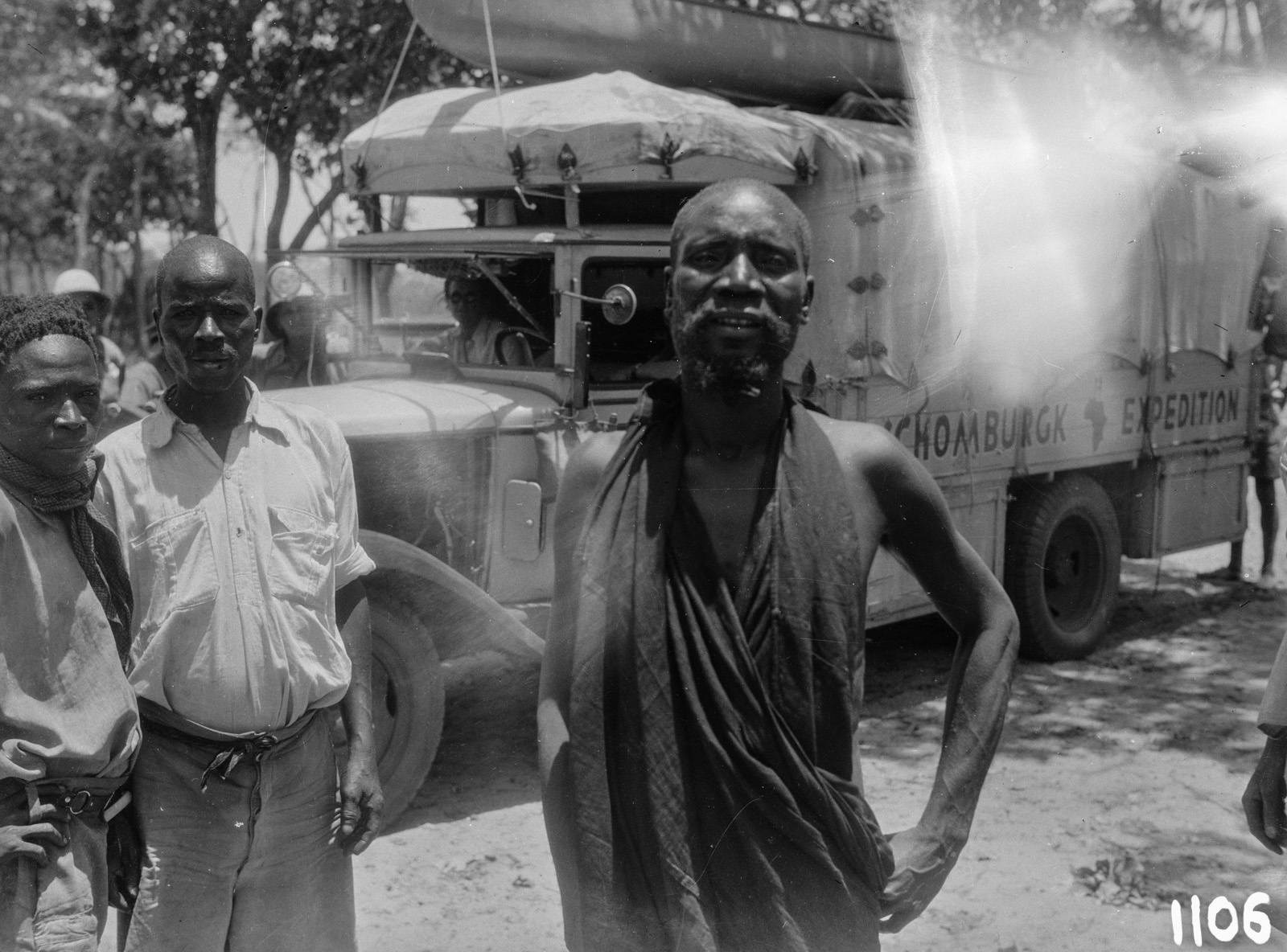 1106. Лундази. Трое мужчин перед грузовиком экспедиции