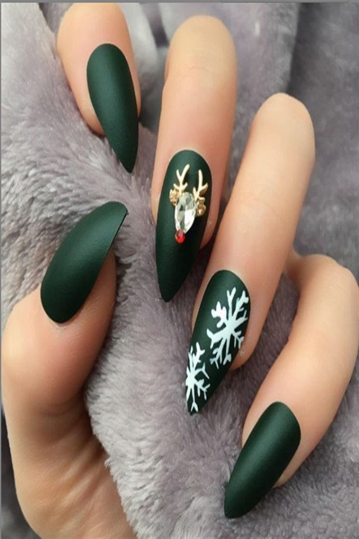 30+ Majestic Christmas Nail Art Designs To Celebrate #Christmas_nails #Christmas_nail_art #holiday_nails #nail_art_designs #winter_nails