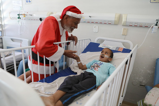 Papai Noel visita crianças internadas no Hmib
