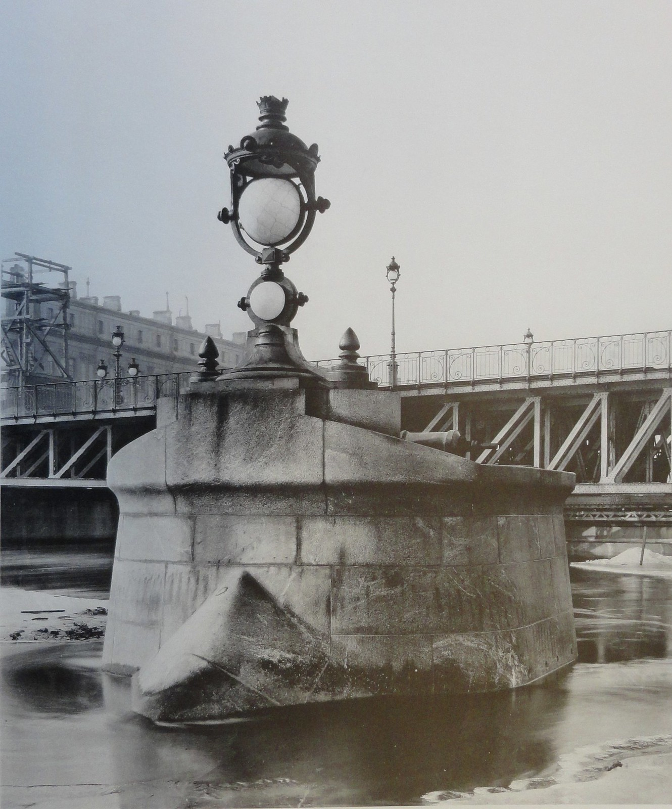 1903. Отдельный бык-ледорез впереди поворотного моста. Март