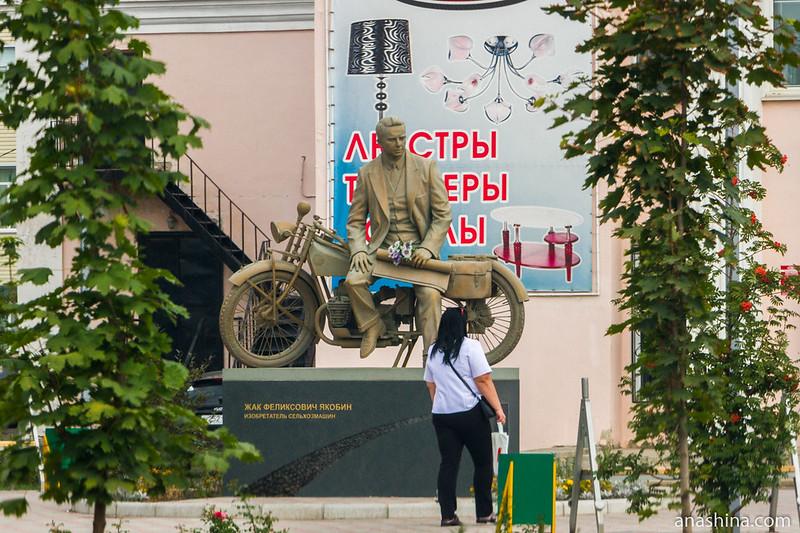 Памятник изобретателю сельхозмашин Жаку Якобину, Калач, Воронежская область