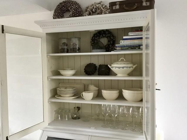 Witte buffetkast met serviesgoed