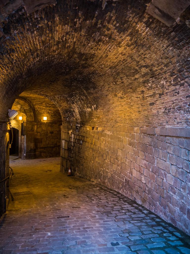 Sombre passé de Montjuic... 45218827264_790e4dc60e_b