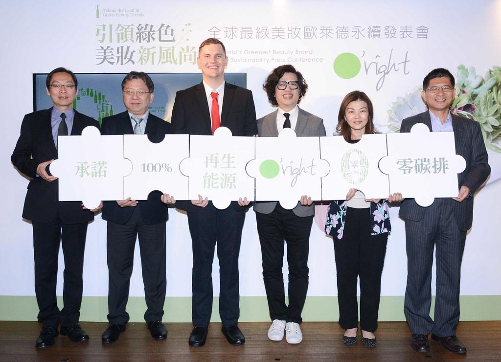 歐萊德宣誓2025年內將達到100%再生能源使用,將成為台灣首家全面使用再生能源的企業。(左起)SGS營運總監鮑柏宇、環保署簡任視察許智倫、RE100顧問馬奈德先生、歐萊德董事長葛望平、集泉塑膠董事長特助吳佩珊、大豐環保科技董事長詹景忠。圖片提供:歐萊德