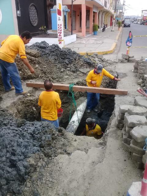 Trabajos de alcantarillado en calle 7 de Agosto