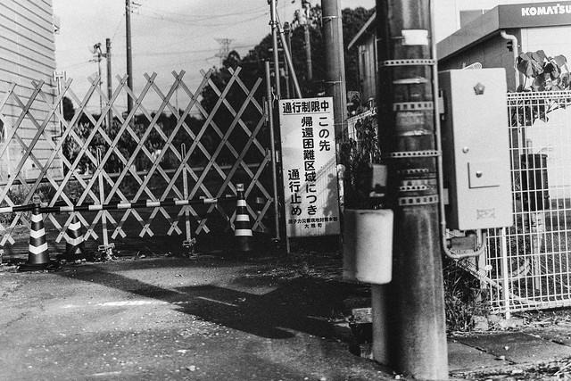"Nov. 07. 2018  ""通行止め、帰還困難区域 /  ""difficult-to-return zone (Road blocked)""  Okuma, Fukushima(撮影:東間嶺)"