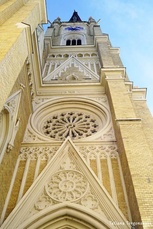 Вид на колокольню снизу вверх