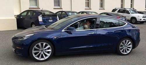 Tesla Model 3 Deep Blue Metallic en imagen del  prototipo