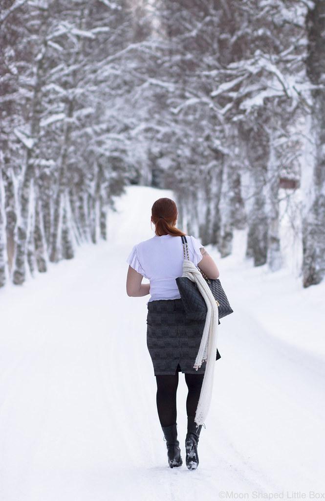 Outfit_white_shirt_tartan_skirt-2