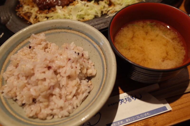 銀座矢場とん黒豚鉄板とんかつ定食のご飯と味噌汁