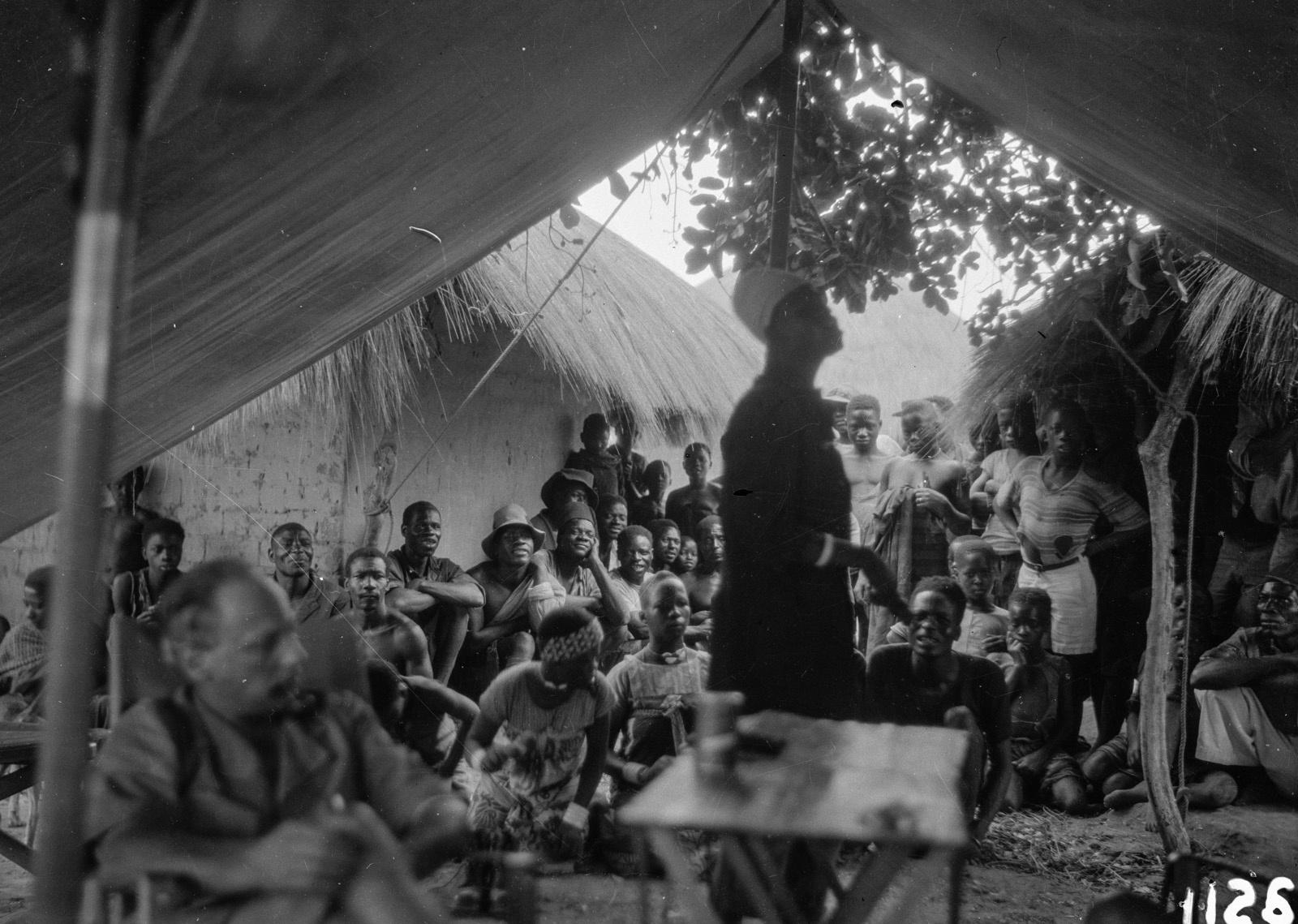 1126. Лундази. Большая группа людей под палаткой. На переднем плане Ганс Шомбургк